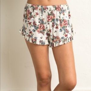 BRANDY MELVILLE VODI SHORTS IN WHITE FLORAL PRINT